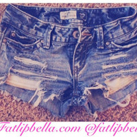 Simple distressed shorts with showing pockets, frayed