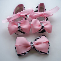 Girls baby shoes and hair bow set, girls crib shoes, girls hair bow, pink, zebra print