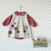 Knitted baby dress with little shoes full of flowers. 100% wool. Newborn. Item unique.