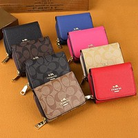 Coach's stylish short wallet clip bag bag in hand