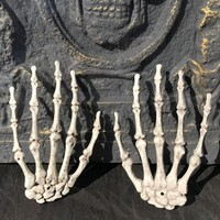1 Pairs Plastic Skeleton Hands for Halloween Party Decoration Haunted House Bar Decor Trick Toys Halloween Props