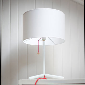 Table lamp in white lacquered iron,white cotton lamp shade in white, red cloth cable