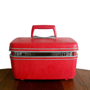Vintage Samsonite Train Case Coral Pink Suitcase Beauty Cosmetic Luggage with Large Mirror - Monogrammed I and T - Strawberry Color