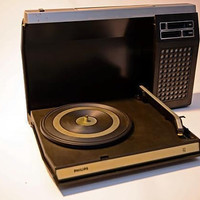1970s Vintage Black-Silver PHILIPS 423 PORTABLE Design Record Player Suitcase, battery or main operated