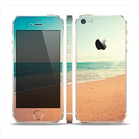 The Vintage Beach Scene Skin Set for the Apple iPhone 5s