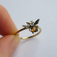 Antique Victorian Tiny Bee Ring in 9ct Yellow Gold, set with a Citrine and Seed-Pearls