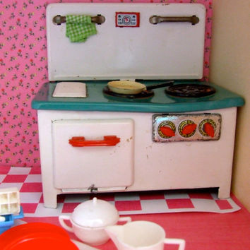 Vintage Tin toy  play kitchen stove & Sindy kitchen items TLC lot, Doll kitchen, Playhouse, Dollhouse