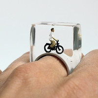 Wheel of fortune - funny bicyclist ring with a mini-bicyclist and his bike on a grey ring made of resin for athletic people
