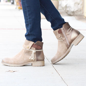 Corky's: Tie Bronze Distressed Boot {Natural} - Size 6