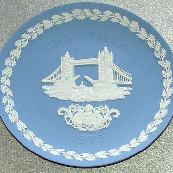 "vintage Wedgwood Pale Blue Jasper Ware 1975 Christmas 8 1/8"" diameter Plate with white bas relief of Tower Bridge (ref: 3196)"