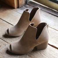 Core Side Cutout Boot, Camel