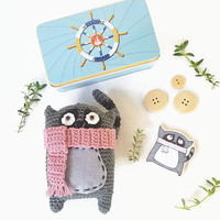 Amigurumi Lemur in tin box, Funny Lemur soft toy and wooden brooch, amigurumi toy, cute neutral gender gift, favours gift, back to school