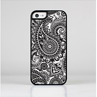 The Black and White Paisley Pattern V6 Skin-Sert Case for the Apple iPhone 5c