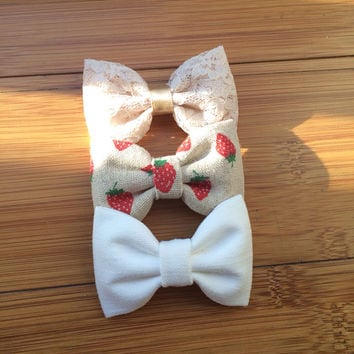 Beautiful lace, off white, and strawberry linen Seaside Sparrow hair bows.