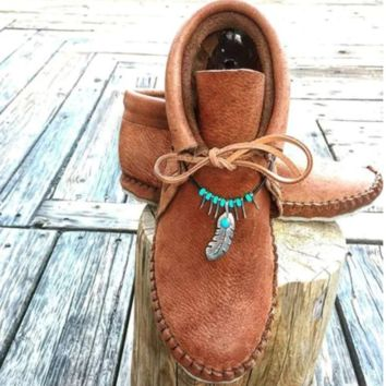 The new collection is selling vintage decorative pendant single boots