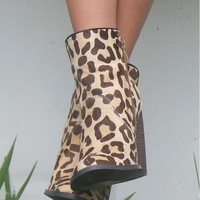 SZ 10 Very Volatile Safari Sunset Leopard Print Wedge Ankle Boot