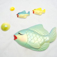 Vintage Chalkware Fish, Set of 3 Fish with Red Lips and 2 Ceramic Bubbles, 1950s 1960s, Kitschy Wall Hangings