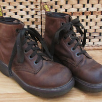 vintage doc martens leather grunge boot. womens size 7. brown leather lace up boot. made in England. Dr Marten brown lace boot