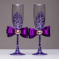 Personalized wedding flutes Purple and gold Wedding champagne glasses Toasting flutes Champagne flutes pearl champagne flutes wedding flutes