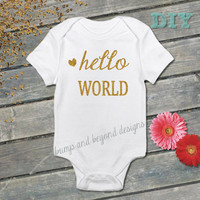Hello World Baby Girl Bodysuit Newborn Birth Announcement Glitter Gold Vinyl for New Baby Shirt Coming Home Outfit Baby Shower Gift DIY 001
