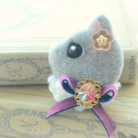 Jeweled cat felt brooch, handmade needle felt wool cat pin, whimsical animal brooch, children jewelry, grey cat, gift under 25