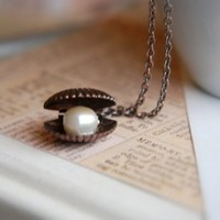 The Vintage Sea. Clam and pearl dainty necklace.