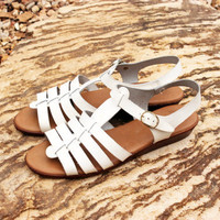 Vintage Italian Leather Sandals in White with Buckles . Hippie Boho Beach T Strap Womens Size 8 M