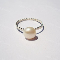 Pearl Ring, White pearl ring, silver pearl ring, modern jewellery, beaded ring, dot ring, minimalist ring, elegant ring, simple ring