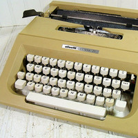 Vintage Manual Keyboard Olivetti Lettera 25 Typewriter - Putty Grey Taupe Body with Carry Case