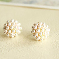 Fashion Elegant Round Pearl Earrings from LOOBACK FASHION STORE