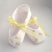 Daisies Hand Embroidered baby shoes, newborn to 3 mo.