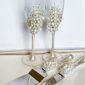 Personalized wedding flutes and cake server set, White Wedding champagne glasses pearl Champagne flutes pearl white and silver Set of 4