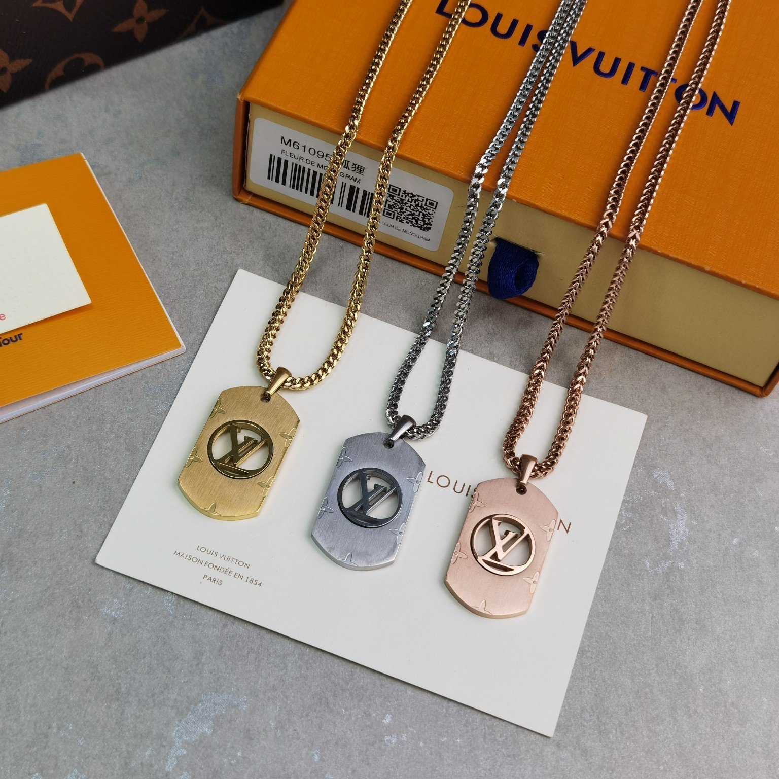 Image of lv louis vuitton woman fashion accessories fine jewelry ring chain necklace earrings 123