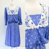 Debbie dress // 80s periwinkle blue & white polka dot bows print lace collar midi // pleated skirt // size L