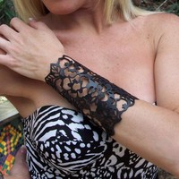"""Cuff """"Floral"""" in black leather 5-3/4"""" wrist 