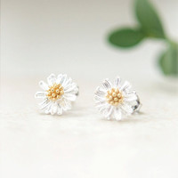 Tiny Silver Daisy Earrings by laonato on Etsy