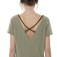 alice + olivia | BACK CROSSOVER STRAP TEE WITH LEATHER
