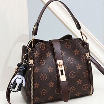 The new all-match one-shoulder portable fashion stylish messenger bag women